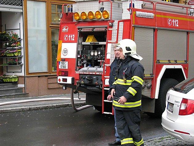 Při požáru domu v karlovarské Jaltské ulici zasahovali hasiči celou noc