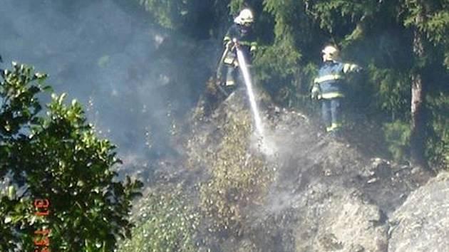 Aby mohli zabránit šíření požáru, museli hasiči vyšplhat na skálu.