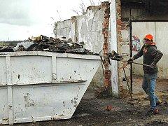 Areál garáží v Jabloňové ulici opustily před nedávnem desítky kontejnerů nepořádků. To, jestli pořádek vydrží, je podle ředitele karlovarské pobočky AVE odpady CZ dikutabilní.