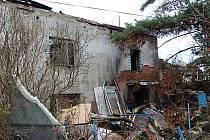 Ztichlá ruina. V těchto podmínkách žije z vlastní vůle Eduard Hric.