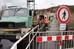 Specialisté vrtají sondy do Chebského mostu.