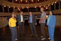 PŘIJĎTE.  Vedení divadla, magistrátu i herci zvou diváky na premiéru Divadelní komedie.