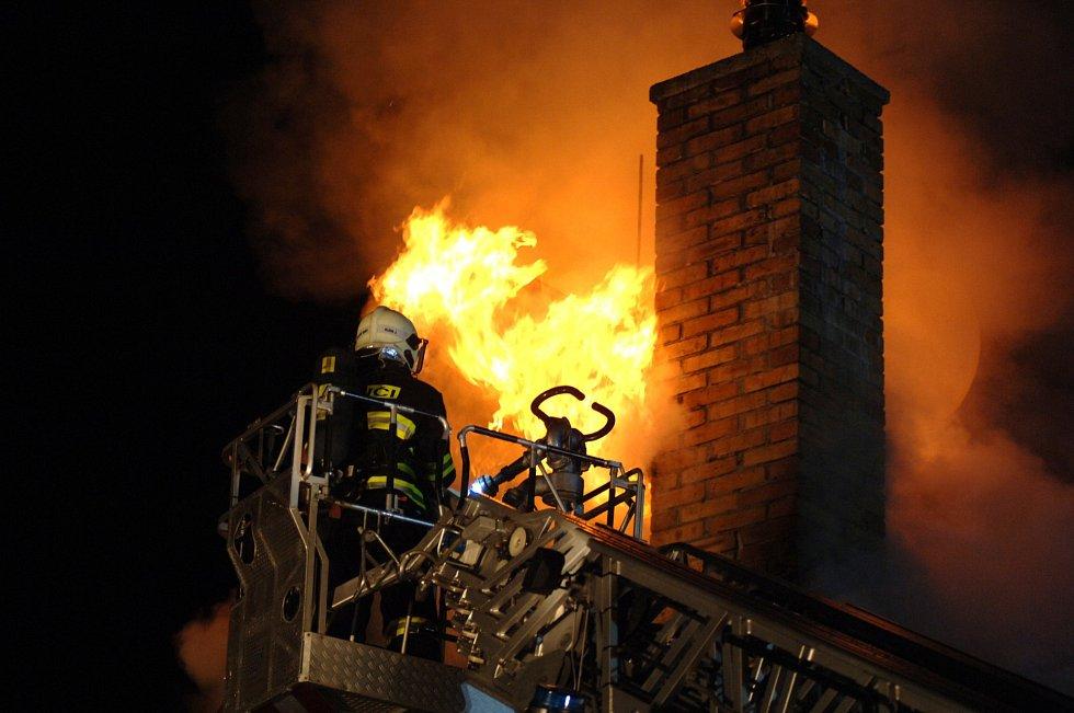 Požár bývalého hotelu v Abertamech.