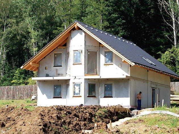 Stavbu řeší dva úřady,ale povolení jí nikdo nezrušil.