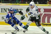 Ze zápasu 39. kola hokejové extraligy Energie Karlovy Vary (v bílém) - Kometa Brno 2:3.