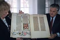 Ředitelka karlovarského muzea Lenka Zubačová přijímá z rukou Jana Kociska třetí knihu takzvané Václavovy bible.