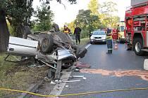 Nehoda na průtahu. Opel Astra vyjel mimo vozovku a po nárazu do stromu se převrátil na střechu. Řidič auta je se zraněním ruky a otřesem mozku v nemocnici.
