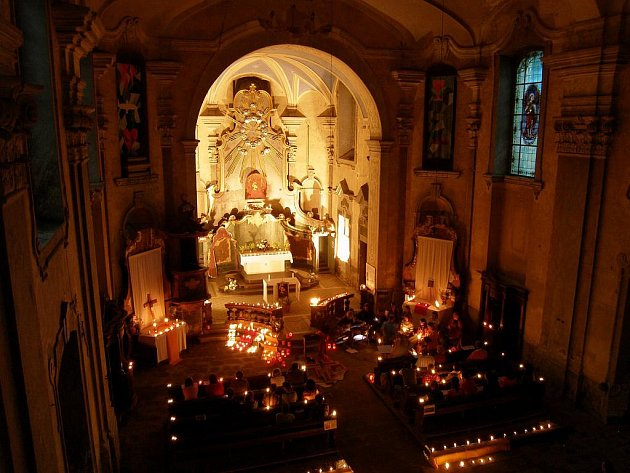 Skoky, poutní kostel Navštívení P. Marie. Noc světel s písněmi z Taizé (3.7.2010).
