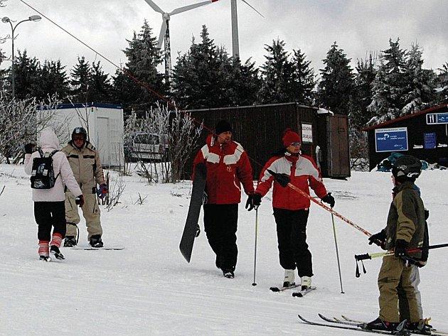 Lyžaři, kteří se vydají o letošní sezoně na sjezdovky poblíž Neklidu, se dočkají lepších tratí, a to díky novému stroji. Nová lanovka bude až příští rok.