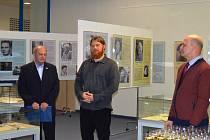 OJEDINĚLÁ VÝSTAVA. Na snímku z vernisáže stojí Pavel Rubín, předseda ŽOKV (zleva), autor výstavy Lukáš Květoň a ředitel knihovny Vratislav Emler.