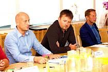 Lídrem kandidátky Karlovarského kraje je Jan Kronika (vlevo), s číslem dvě na kandidátní listině hnutí je místostarosta Františkových Lázní Jan Kuchař a třetím mužem na snímku je Zdeněk Kubec, předseda hnutí, člen Výkonného výboru České unie sportu (ČUS).