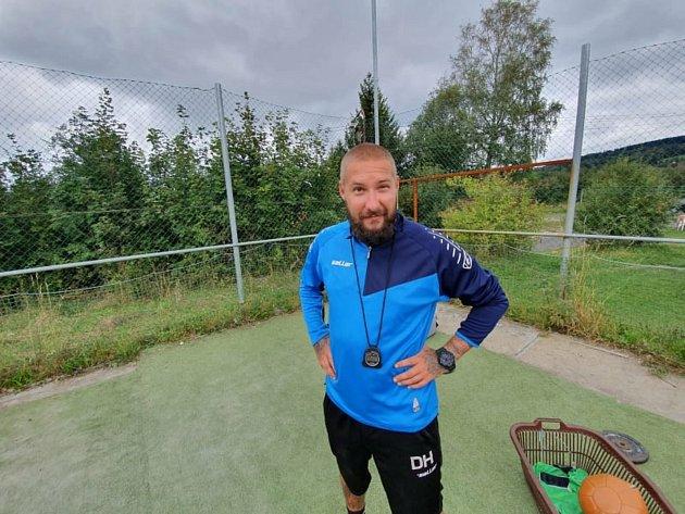 Daniel Hrabě, trenér chebské Hvězdy, zažil prozatím vpodzimní části se svým týmem až na jednu prohru skvělou fotbalovou jízdu, která jim vynesla před přerušením soutěže posun na první místo.