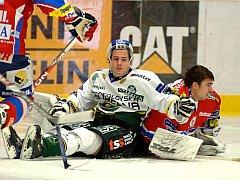 Z dohrávaného zápasu 16. kola hokejové extraligy Energie Karlovy Vary (v bílém) - Eaton Pardubice.