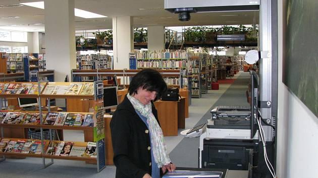 KRAJSKÁ KNIHOVNA v K. Varech rozšiřuje služby pro čtenáře, a modernizuje proto i technické zařízení. Nejnovějším přírůstkem je digitální skener eScan ke zhotovení kopií tištěného textu.