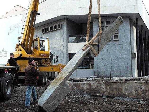 Opočenského obelisk už zmizel od Vřídelní kolonády.