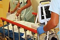 PERSONÁL NEMOCNICE aby měl oči stále na stopkách a kromě péče o pacienty hlídal i vybavení. Zloději se pokoušeli z karlovarského špitálu odnést či odvézt už ledacos.