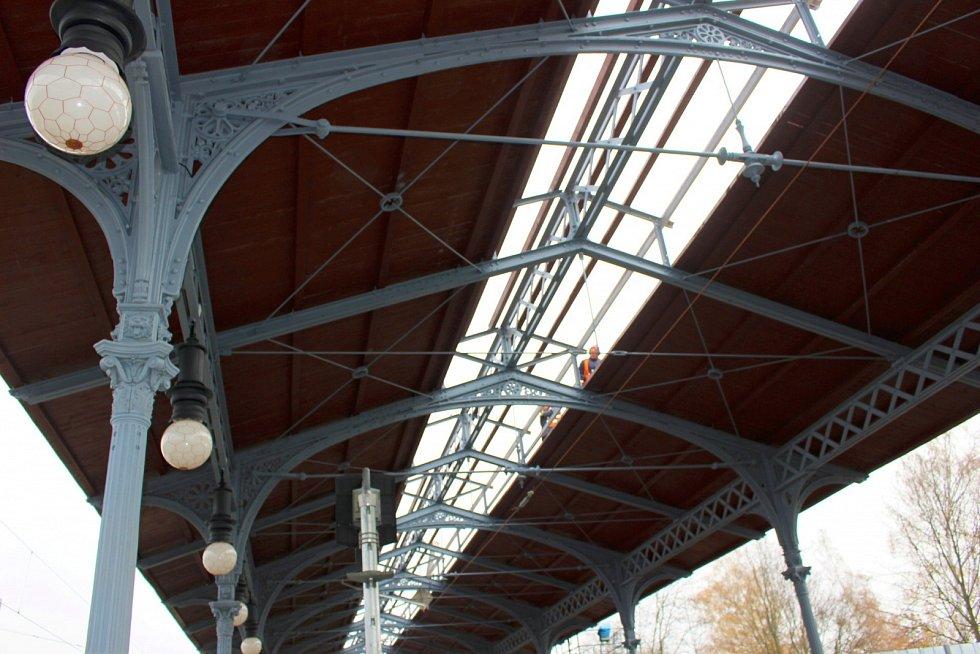 Přestože z původního karlovarského horního nádraží nezůstalo vůbec nic a staré objekty nahradila moderní budova, historii stanice trochu připomíná část původního zastřešení nástupiště.