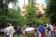 Kolem padesátky lidí se v Karlových Varech zúčastnilo vzpomínkového pochodu centrem lázní k ruskému konzulátu.