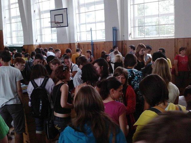 Burza učebnic na karlovarském gymnáziu.