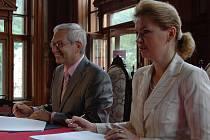Karlovarskému kraji bude nyní patřit budova Císařských lázní v Karlových Varech. Bude mu patřit            i odpovědnost za jejich rekonstrukci. Podepsali to hejtman Pavel a primátorka Vlková.