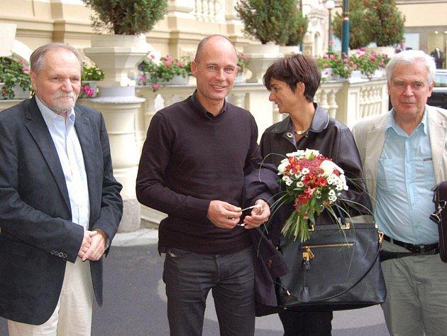 BERTRAND PICCARD s manželkou Michele přijeli do Karlových Varů ve středu odpoledne. Vystoupení hlavní hvězdy festivalu je naplánované na dnešní večer.