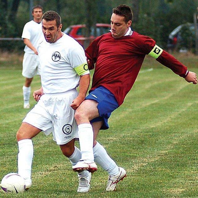 Souboj kapitánů karlovarského Bacardi Tomáše Zoky (v bílém) a kolovského Miroslava Vostrého (vlevo) vyzněl jednoznačně pro ´šéfa´ jedenáctky Ajaxu Kolová. Jeho tým porazil nováčka 2:1.