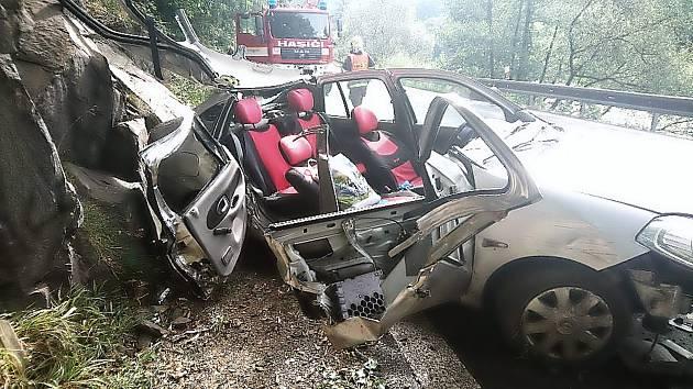 DOPRAVNÍ NEHODA U STRÁŽE NAD OHŘÍ, kde se řidič vymkl kontrole a posléze narazil do skály.
