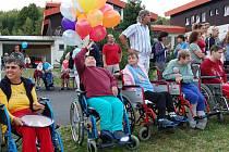 Domov pro osoby se zdravotním postižením v Mariánské se stal dějištěm 8. ročníku Řezbářského sympozia. Ve středu se na Mariánské konal Den otevřených dveří. Kromě hudebního vystoupení a dalších zajímavostí se zde také vypouštěly balónky.