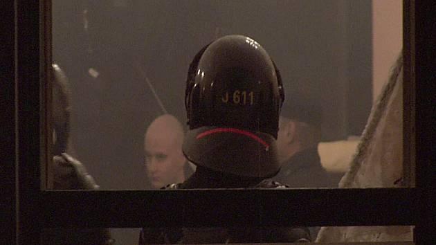 Policisté proti skinheadům. Policie nechce prozradit, odkud získala informace o koncertě příznivců hnutí skinheads v Nových Hamrech. Zásah odnesli zraněním účastníci obou stran.