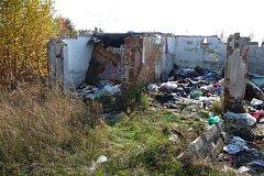 Ruiny garáží v Jabloňové ulici a černé skládky.