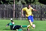Třetí výhru si o víkendu připsal na účet perninský Sokol, který nakonec obstál v přestřelce s rezervou Kolové (ve žlutém).