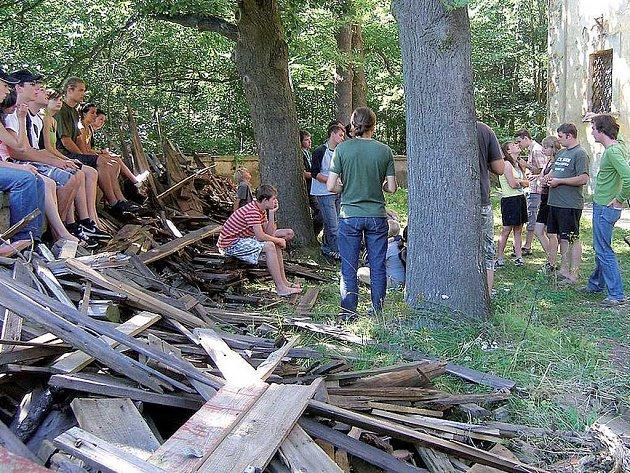 Mladí pomáhají kostelu.