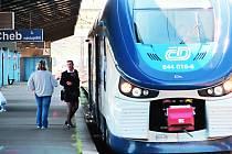 Moderních vlakových souprav RegioShark jezdí v Karlovarském kraji osm.