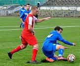 Karlovarská Slavia slavila v souboji béček na umělce v Drahovicích výhru 8:1 nad ostrovskou rezervou (v modrém).