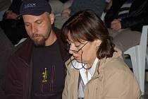 Dění na pódiu kontrolovala společně se zvukařem režisérka Yvonne Brosch.