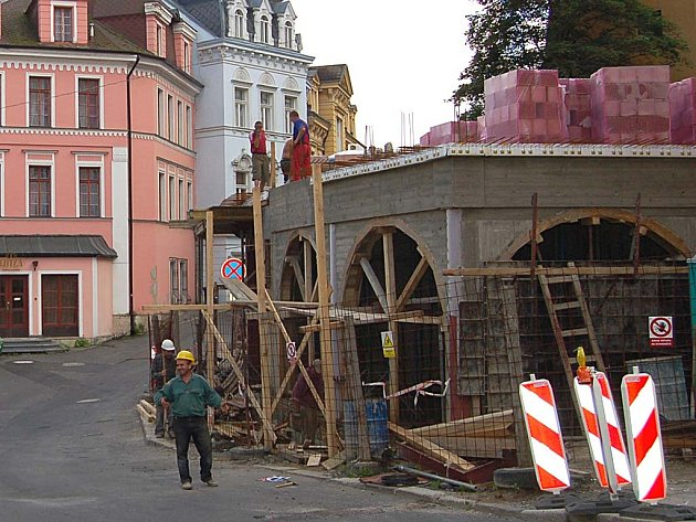 Parkovací dům na Zámeckém vrchu padl. Investor staví apartmánový dům.
