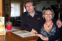 CHYSTAJÍ OSLAVU DVACETI LET. Manželé Lenka a Pavel Čermákovi chystají na 2. dubna od 19 hodin akci, která bude oslavou dvaceti let existence Sedlecké pivnice.