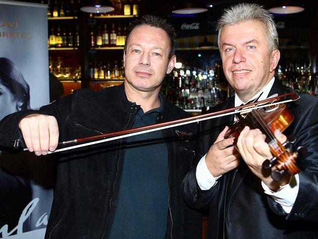 Klavírista a skladatel Michal Dvořák na snímku s houslovým virtuosem Jaroslavem Svěceným.