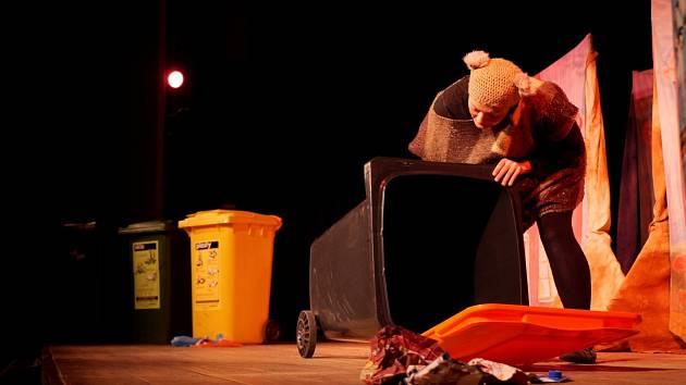 Balynka učí děti třídit odpad.