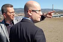 Premiér Bohuslav Sobotka si prohlédl také průmyslovou zónu v Ostrově. Na snímku s náměstkem hejtmana Jakubem Pánikem.