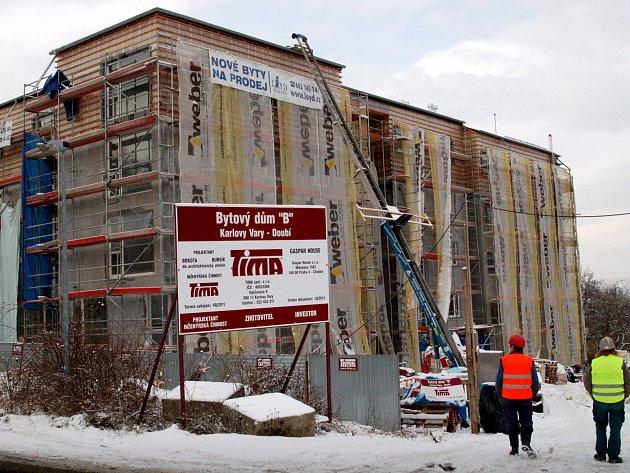 Tohle vyrostlo v Doubí. A to hned vedle subtilních domků SOS dětské vesničky a nového satelitního městečka. Zahraniční investoři zkrátka mají urbanistickou fantazii.