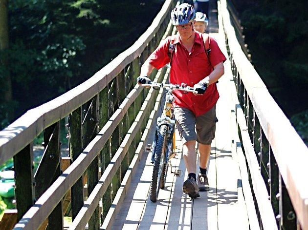 Most přes Ohři u Svatošských skal.