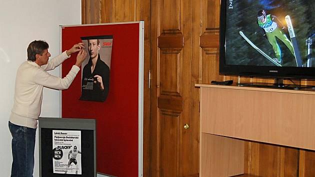 """I když je Lukáš Bauer několik tisíc kilometrů daleko, v sobotu byl mezi """"svými"""" alespoň na plakátu, který v zasedací místnosti vyvěsil starosta Jan Horník."""