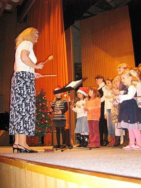 Sboreček pod vedením Stanislavy Čihákové zazpíval směs písní a známých koled.