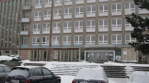 """Škola v novém. Už příští rok by se budovy karlovarské """"pajdy"""" měly zaskvět v novém."""
