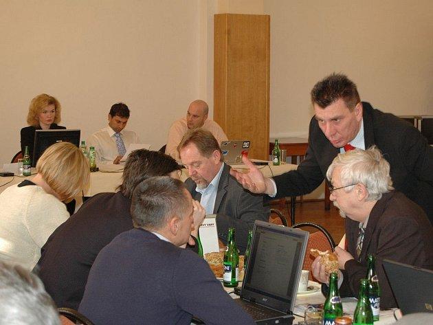 Poté co se na zastupitelstvu začal řešit problém s čerpáním peněz z projektu Kultura 2000, začal radní Jiří Hejda (ODS) nervózně pobíhat po jednacím sále. Jeho kroky směřovaly i ke klubu ČSSD (na snímku se sklání nad zastupiteli ČSSD).
