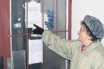 O závadnosti teplé vody vodárna informovala formou letáků, které se objevily na vstupních dveřích panelových domů na loketském sídlišti. Někteří lidé však říkají, že si sdělení všimli pozdě.