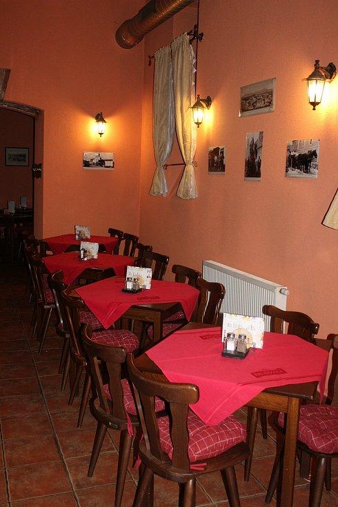 Restaurace na okraji lázeňského území marně čekají na zákazníky, jsou to totiž vesměs cizinci.