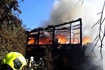 Požár chatky v Karlových Varech.