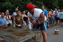 Nadšenci z ostrovského fit centra Atlantis uspořádali už dvanáctý ročník klání O nejsilnějšího muže Ostrova. Potřetí za sebou zvítězil Karlovarák František Bauer.